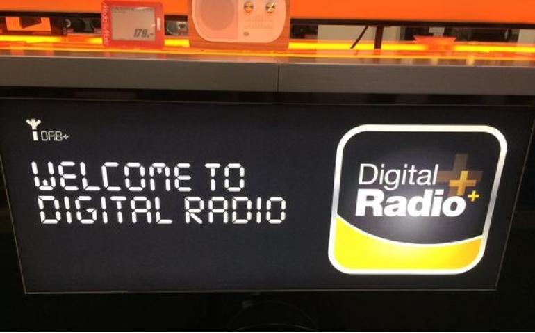 Zenders informeren luisteraars over voordelen digitale radio