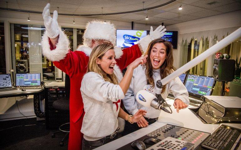 Kerstman vliegt via DAB+ met muzikale arrenslee door Nederlandse ether
