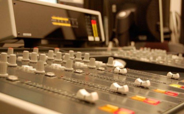 Tientallen lokale radiozenders staken uitzendingen