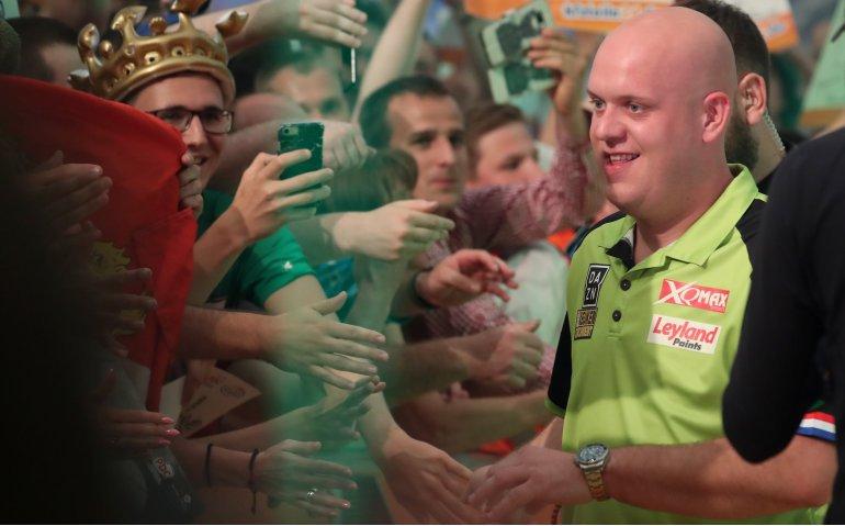 Michael van Gerwen in halve finale PDC WK Darts live op RTL 7