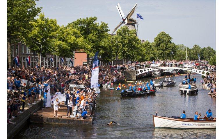Aankomst en huldiging Elfstedenzwemtocht Maarten van der Weijden live op televisie